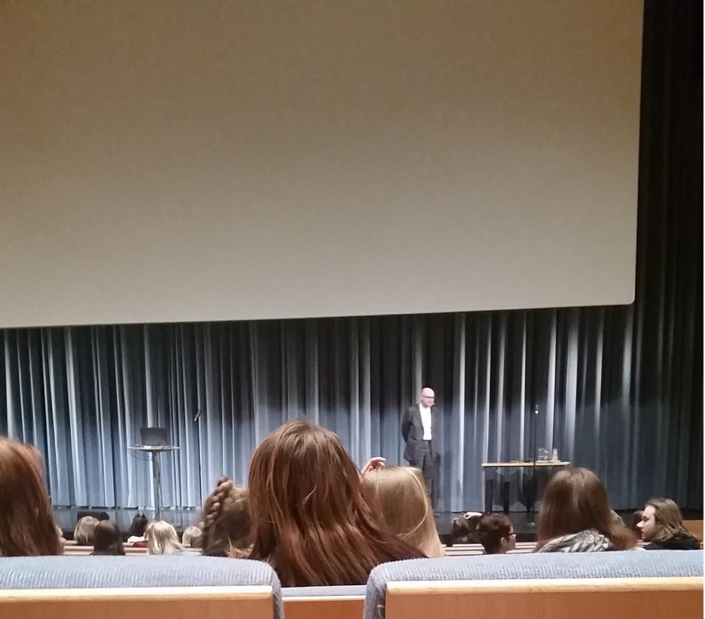 Professori Esko Valtaoja aloittelemassa puhettaan